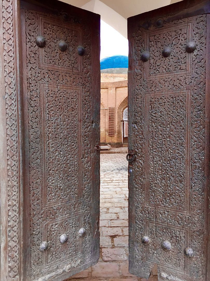 old wooden and beautifully carved door seen in Uzbekistan Tours