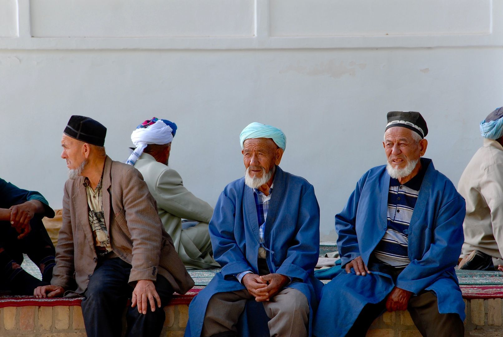 old Uzbek people sitting in front of the mosque central asia tour